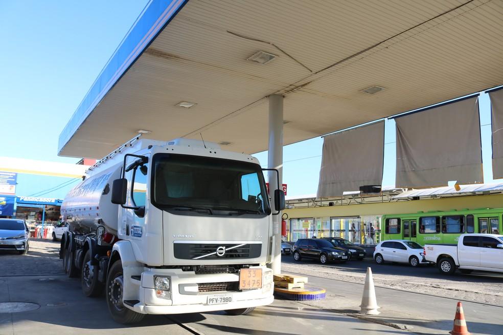 Caminhão de combustíveis em posto de gasolina na Zona Sul de Teresina, Piauí (Foto: Roberto Araujo/G1)