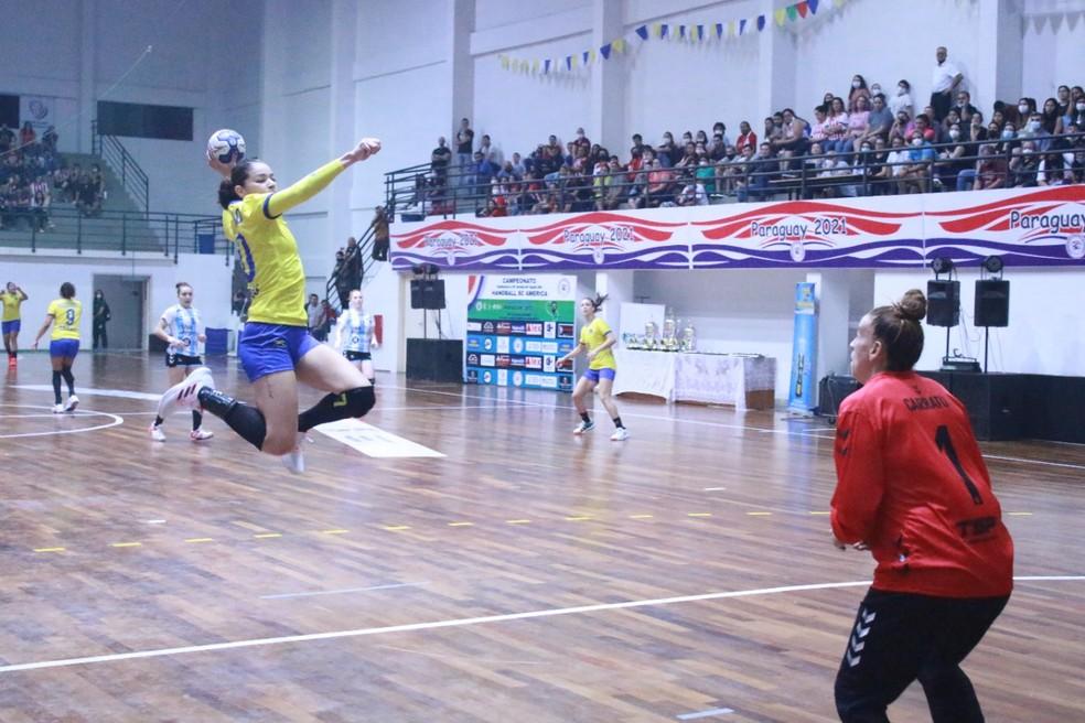 Brasil apertou o ritmo na segunda metade do primeiro tempo e foi para o intervalo com vantagem — Foto: Handballsca