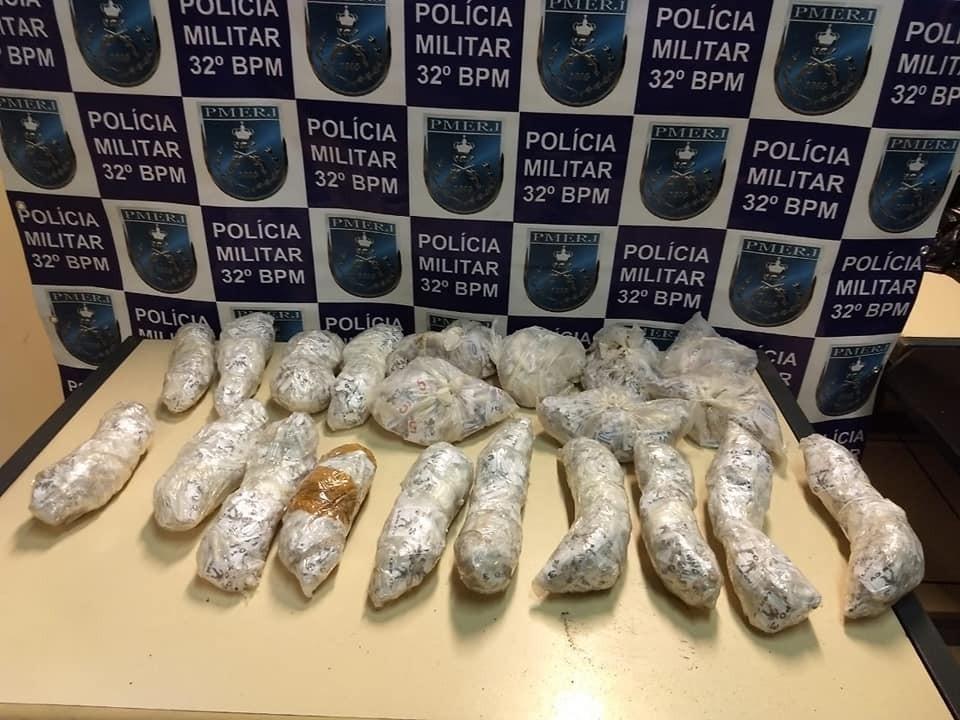 PM encontra 2,5 mil pinos de cocaína enterrados em obra abandonada em Macaé, no RJ - Radio Evangelho Gospel