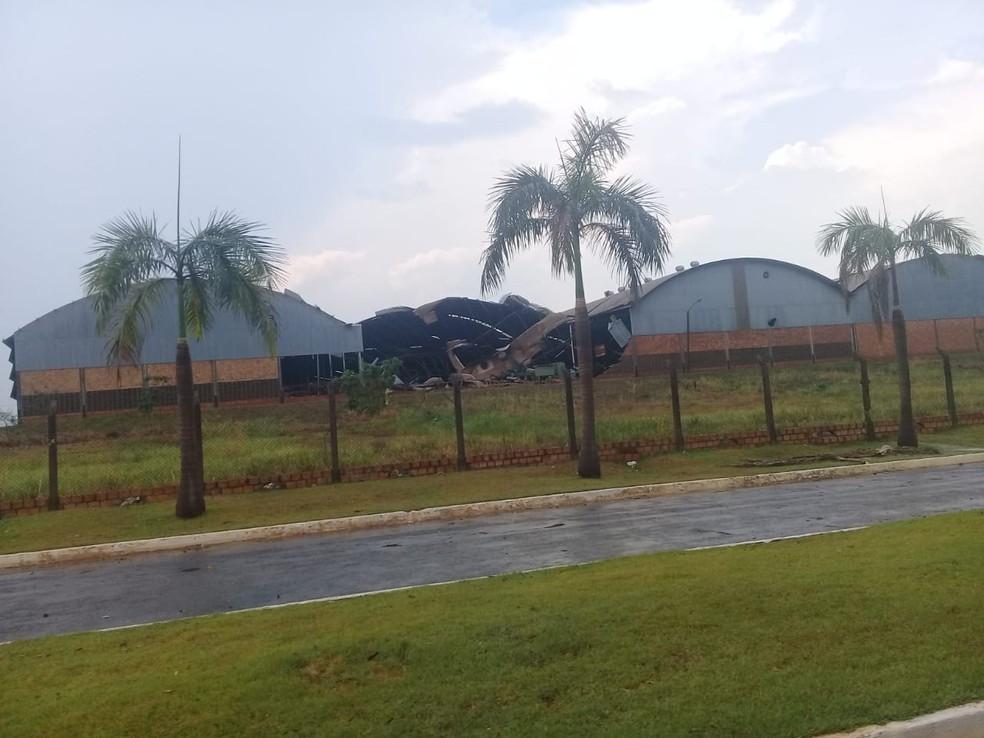 Galpões foram destruídos com fortes ventos (Foto: WhatsApp/Reprodução)
