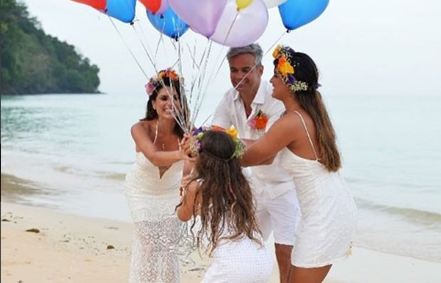 Flávia Alessandra com o marido, Otaviano Costa, e as filhas, Giulia e Olivia (Foto: Reprodução Instagram)