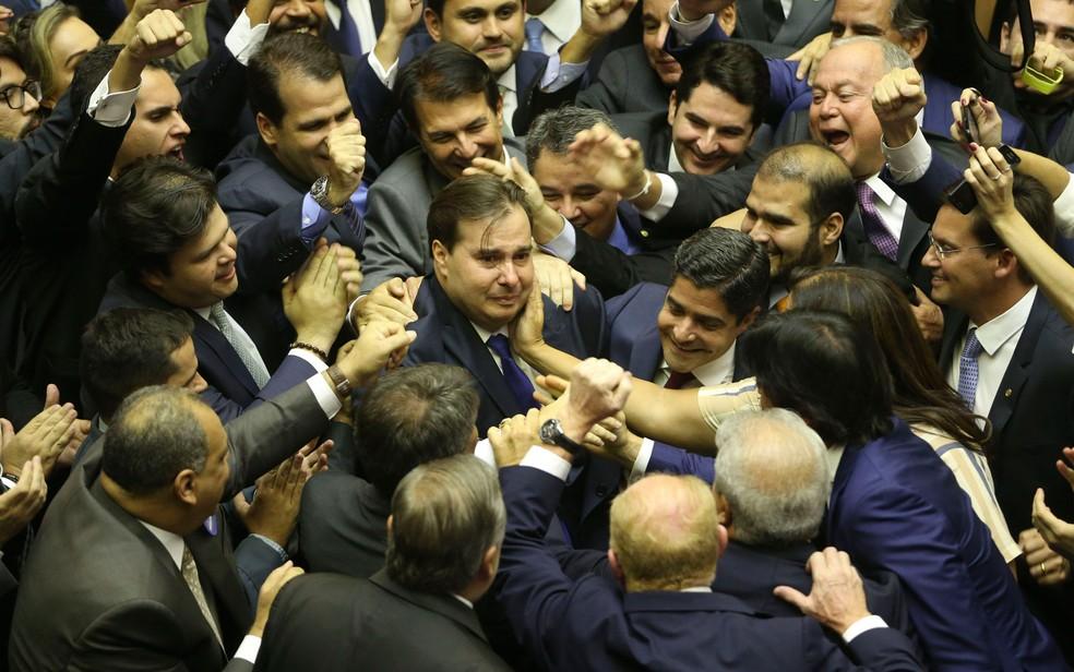 Emocionado, Rodrigo Maia comemora com aliados a reeleição para presidente da Câmara — Foto: Valter Campanato/Agência Brasil