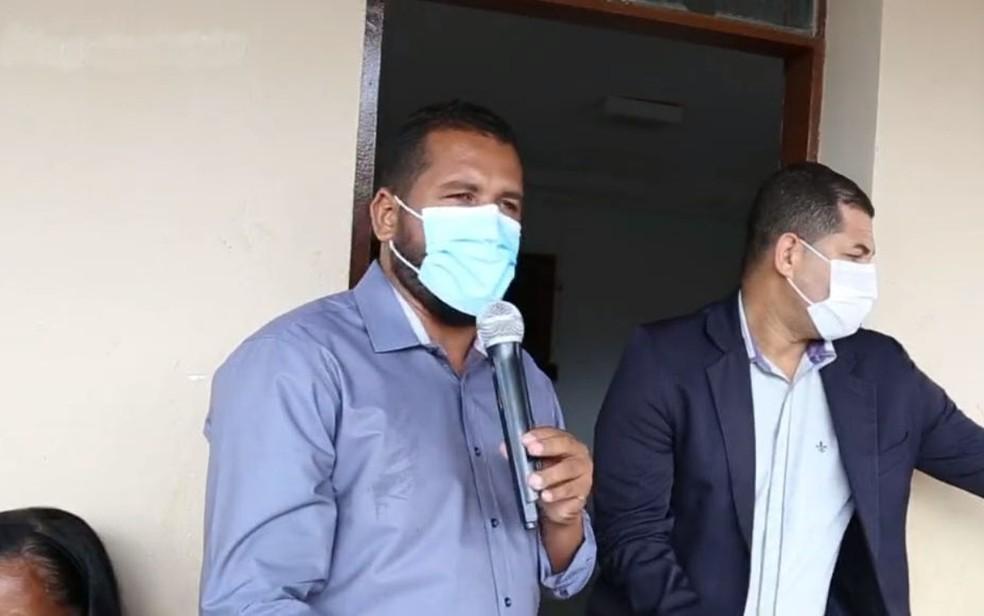 Prefeito de Jacobina, Tiago Dias (microfone) reduz salário em 90% — Foto: Reprodução/TV Bahia