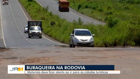 Rodovias que dão acesso a cidades turísticas de Goiás estão com muitos buracos