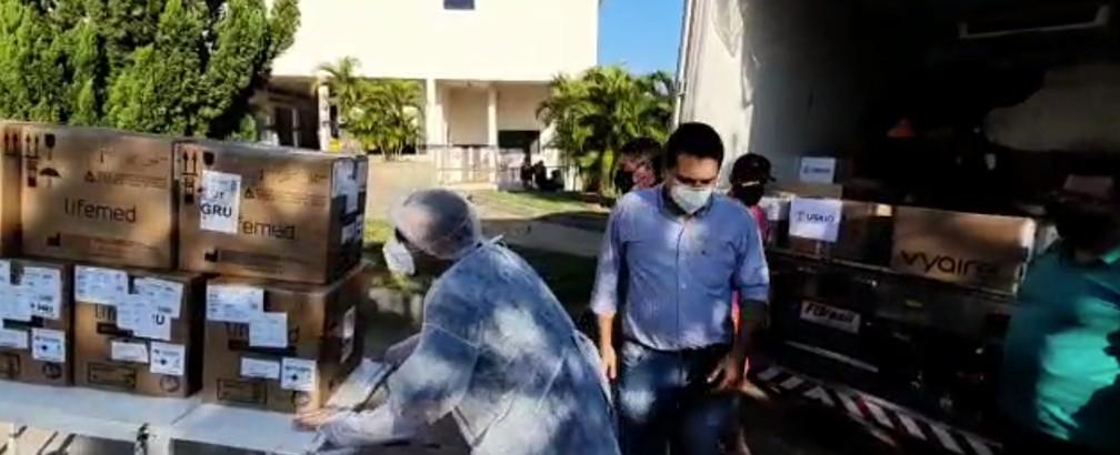 No último domingo (21), o prefeito André Kozan Lemos ajudou a descarregar respiradores destinados ao atendimento de pacientes em Dracena — Foto: Divulgação/Prefeitura