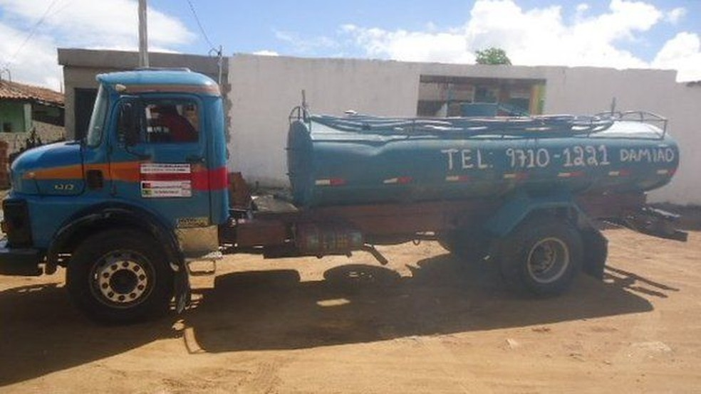 Carro-pipa em Alcantil; cidade paraibana tem a obra mais antiga listada entre empreendimentos parados ou atrasados com dinheiro do FGTS — Foto: Sala da Seca/Alcantil