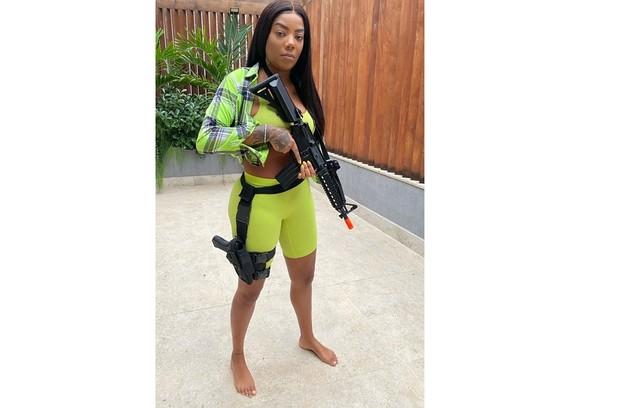 """Ludmilla também está se preparando para viver uma policial em """"Arcanjo renegado"""". Ela está aprendendo a mexer com armas (Foto: Reprodução)"""