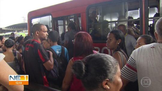 Ônibus começam a circular com atraso no Grande Recife após coletivo ser incendiado na PE-15