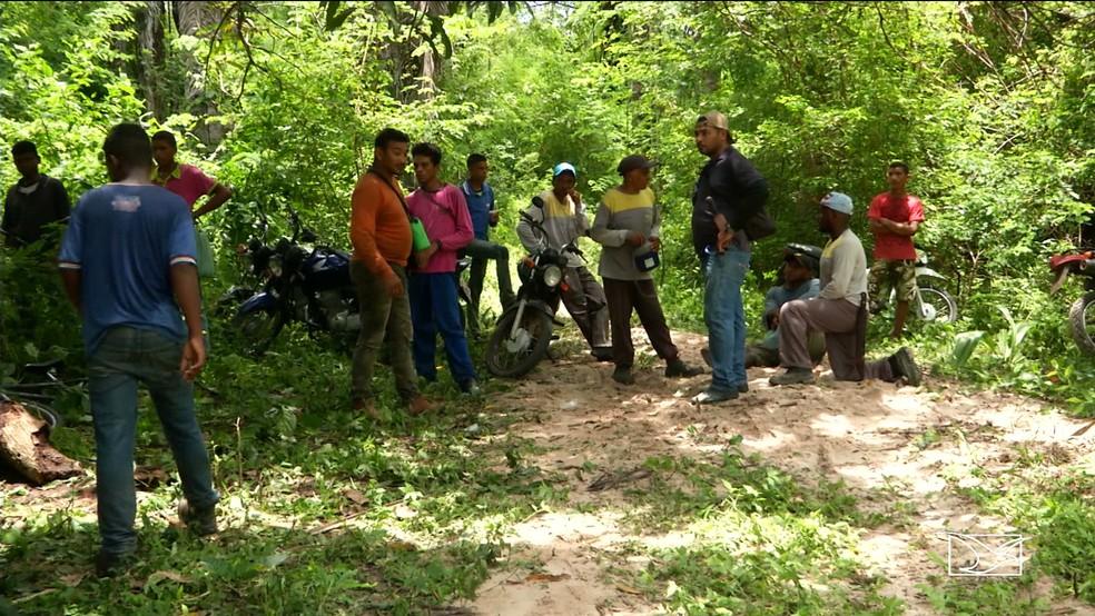 Moradores e autoridades se mobilizam para encontrar menino de três anos que despareceu em Caxias. — Foto: Reprodução/TV Mirante