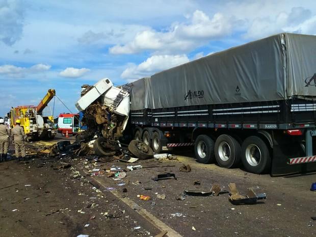 Acidente entre carretas em rodovia de MT mata motorista e deixa feridos (Foto: Assessoria/PRF-MT)