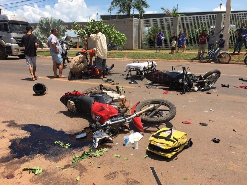 Motos ficaram destruídas em razão da violência da colisão frontal na tarde desta sexta-feira (10), em Três Lagoas (MS) — Foto: Eliton Chaves/Hojemais Três Lagoas