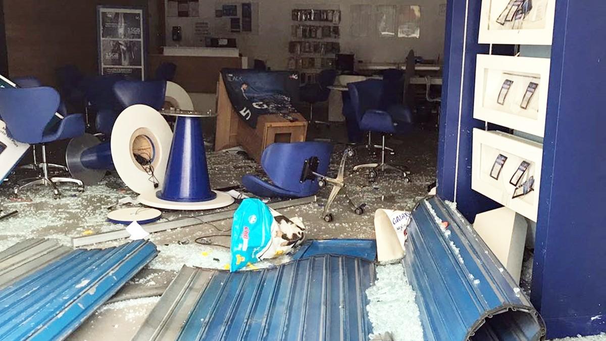 Grupo arromba loja com carro e rouba celulares em Campina Grande