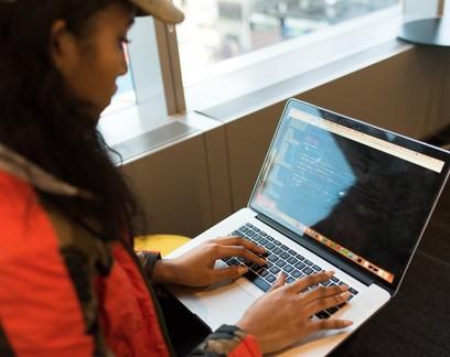 Google lança programa de capacitação para mulheres na área de tecnologia