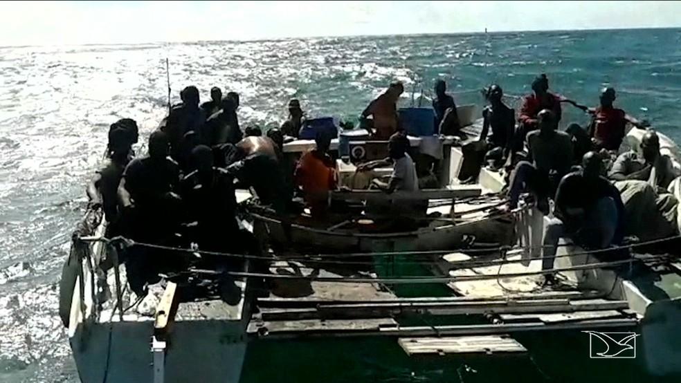 Imigrantes africanos foram encontrados dentro de um catamarã velho e superlotado que estava à deriva no oceano (Foto: Reprodução/TV Mirante)