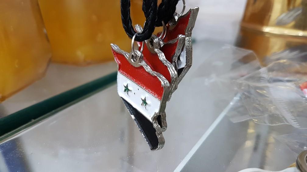 Pingente em loja do Mercado Central lembra a bandeira da Síria (Foto: Pedro Ângelo/G1)