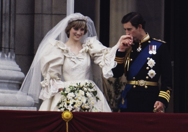 The Prince and Princess of Wales on the balcony of Buckingham Palace on their wedding day, 29th July 1981. She wears a wedding dress by David and Elizabeth Emmanuel and the Spencer family tiara. (Photo by Terry Fincher/Princess Diana Archive/Getty Images) (Foto: Getty Images)