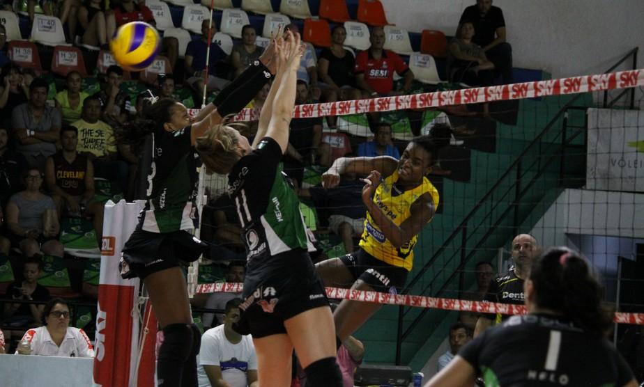 Praia Clube sofre, mas vence o Bauru e sai na frente nas quartas de final da Superliga