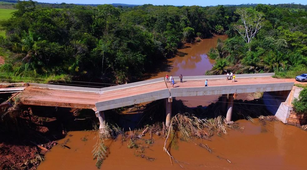 Ponte sobre Rio dos Velhos, em Jardim (MS), desabou parcialmente no dia 19 de fevereiro (Foto: Chico Ribeiro/Segov)