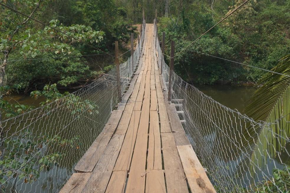 Passarela foi construída depois que a ponte do local cedeu  (Foto: Maria Helena Tavares/Arquivo Pessoal)