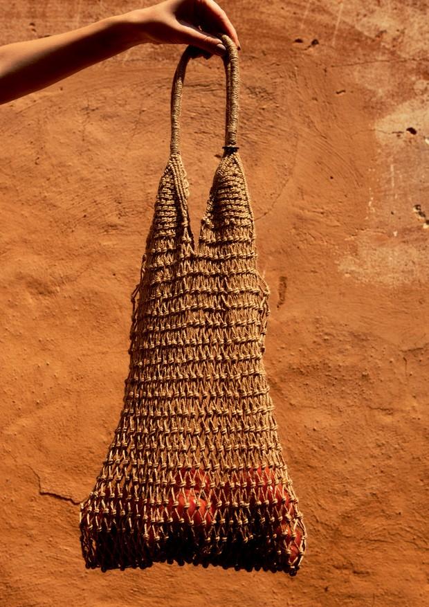 A típica bolsa rede (Osklen, r$ 279) revela os mistérios de seu dia a dia – eleja bem o que irá carregar dentro dela! (Foto: Caio Ramalho)