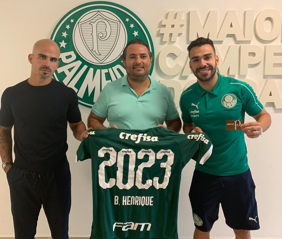 Bruno Henrique ao lado de Alexandre Mattos e do empresário Bruno Paiva — Foto: Divulgação