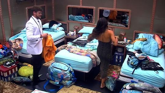 Breno ajuda Paula a fechar o vestido da Festa 'A Era do Rádio'