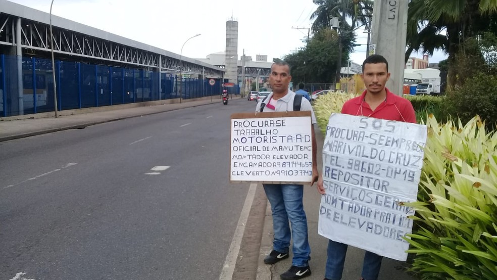 Desempregados, irmãos recorrem a placas com pedido de emprego em Salvador — Foto: Cid Vaz/TV Bahia
