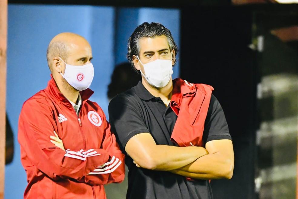 Paulo Bracks, com o técnico Miguel Ángel Ramírez — Foto: Ricardo Duarte/Divulgação Inter