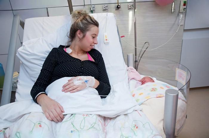 Cama de hospital com espaço pro bebezinho (Foto: Divulgação)