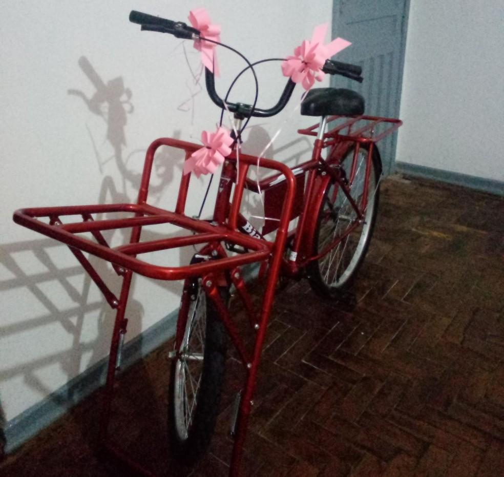 Nova bicicleta foi entregue para Fernanda  — Foto: Arquivo Pessoal