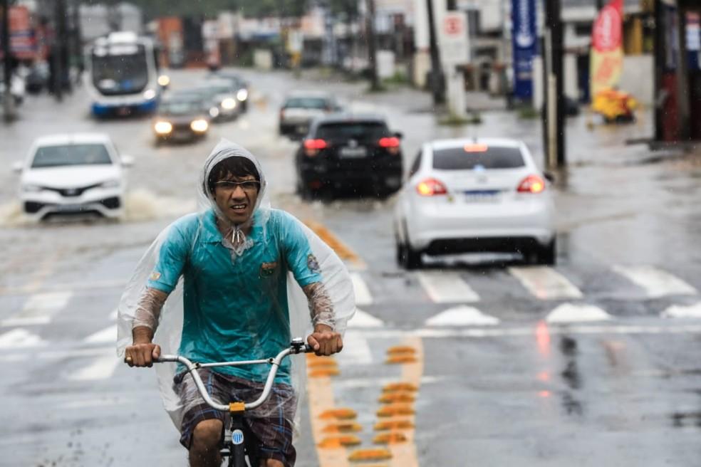 Chuva causa transtornos em Florianópolis — Foto: Diorgenes Pandini/ NSC