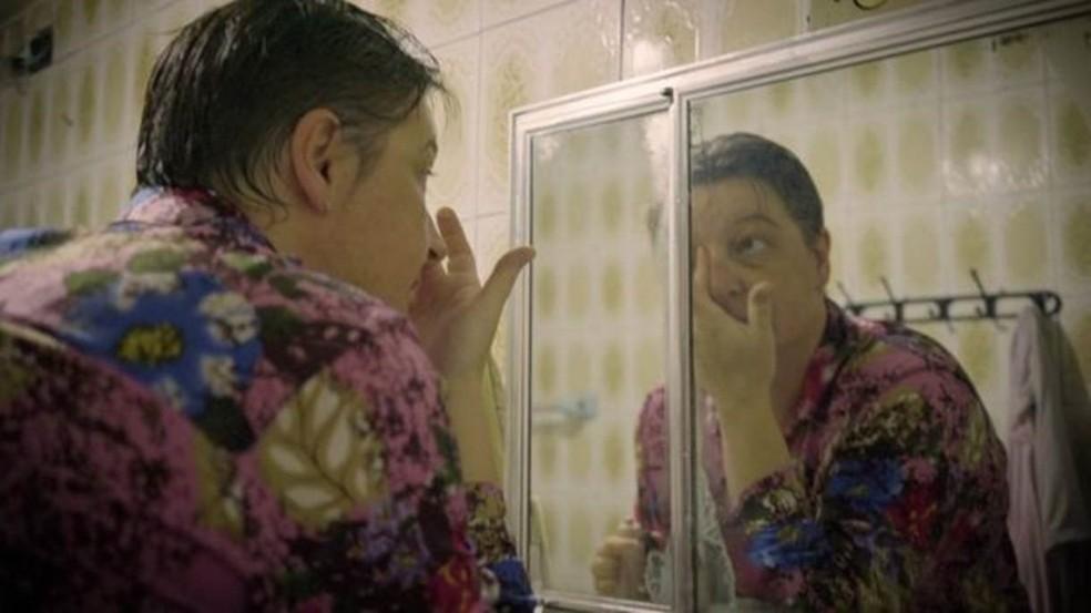 Nos últimos anos, sobrecarregada de trabalho, Alessandra desenvolveu várias doenças — Foto: Fernando Quixote/BBC