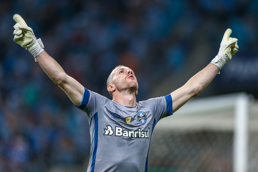Paulo Victor abre os braços para comemorar defesa de pênalti — Foto: Lucas Uebel / Grêmio F.B.P.A.