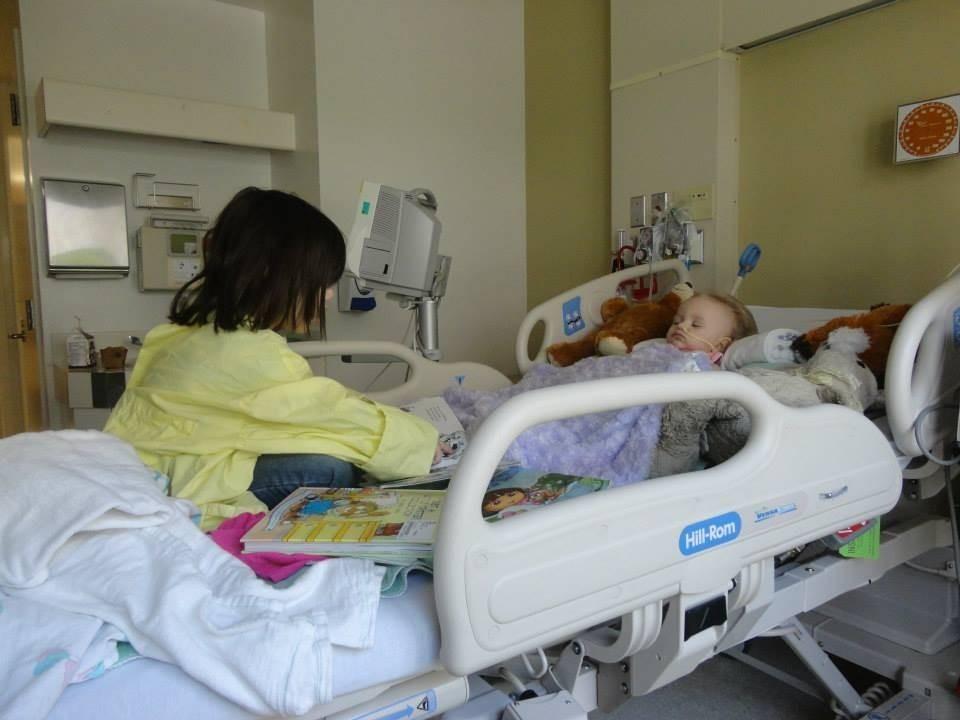 A menina com a irmã mais velha no hospital (Foto: Reprodução/Global News)