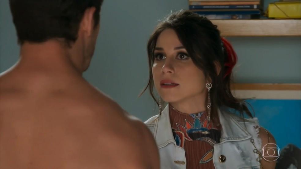 Carmela (Chandelly Braz) quer revelar suposta traição de Apolo (Malvino Salvador) a Tancinha (Mariana Ximenes) - 'Haja Coração' — Foto: Globo
