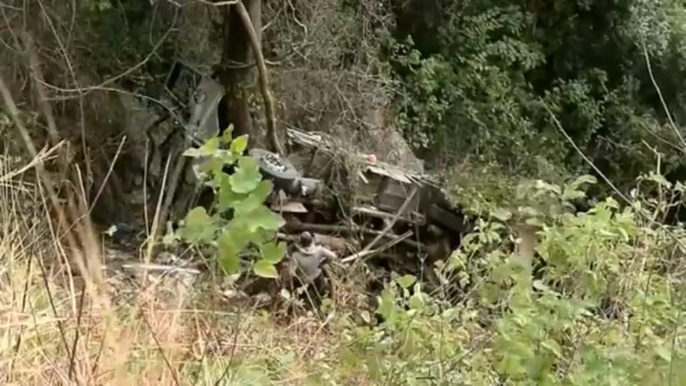 Veículo tombou de altura de cerca de 30 metros (Foto: TVM/Reprodução)