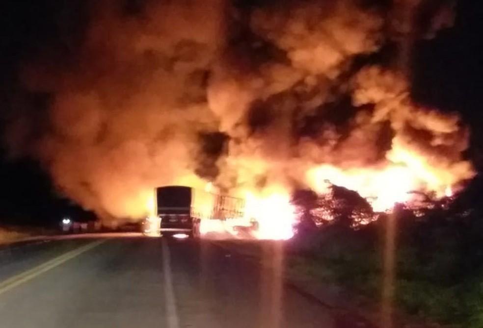 Motorista de carreta morreu no local. Já o do caminhão foi levado para um hospital da região.  — Foto: Blog Jeferson Almeida