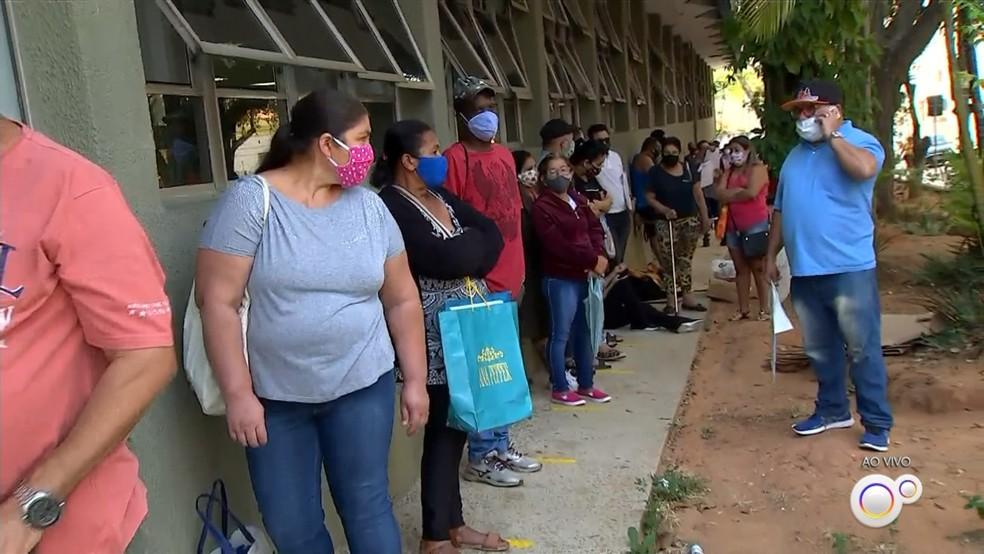 Moradores formam fila na porta da agência do INSS em Jundiaí (SP) — Foto: Reprodução/TV TEM