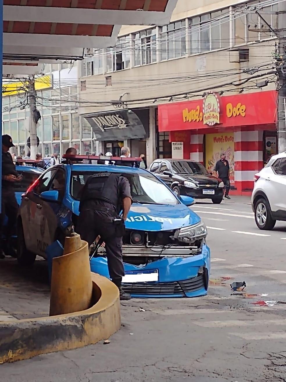 Ônibus bate em carro na rodoviária de Barra Mansa — Foto: Divulgação
