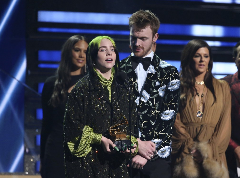 Billie Eilish e Finneas O'Connell agradecem pelo prêmio de música do ano no Grammy 2020 — Foto: Matt Sayles/Invision/AP