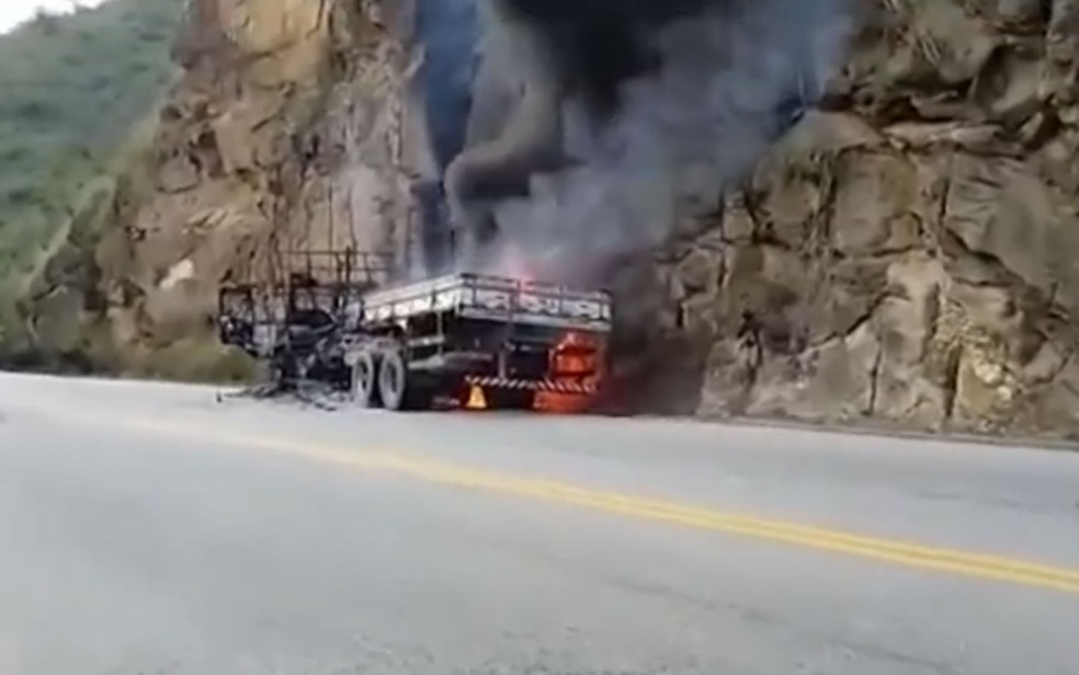 Caminhão pega fogo na BA-263 — Foto: Reprodução/TV Sudoeste