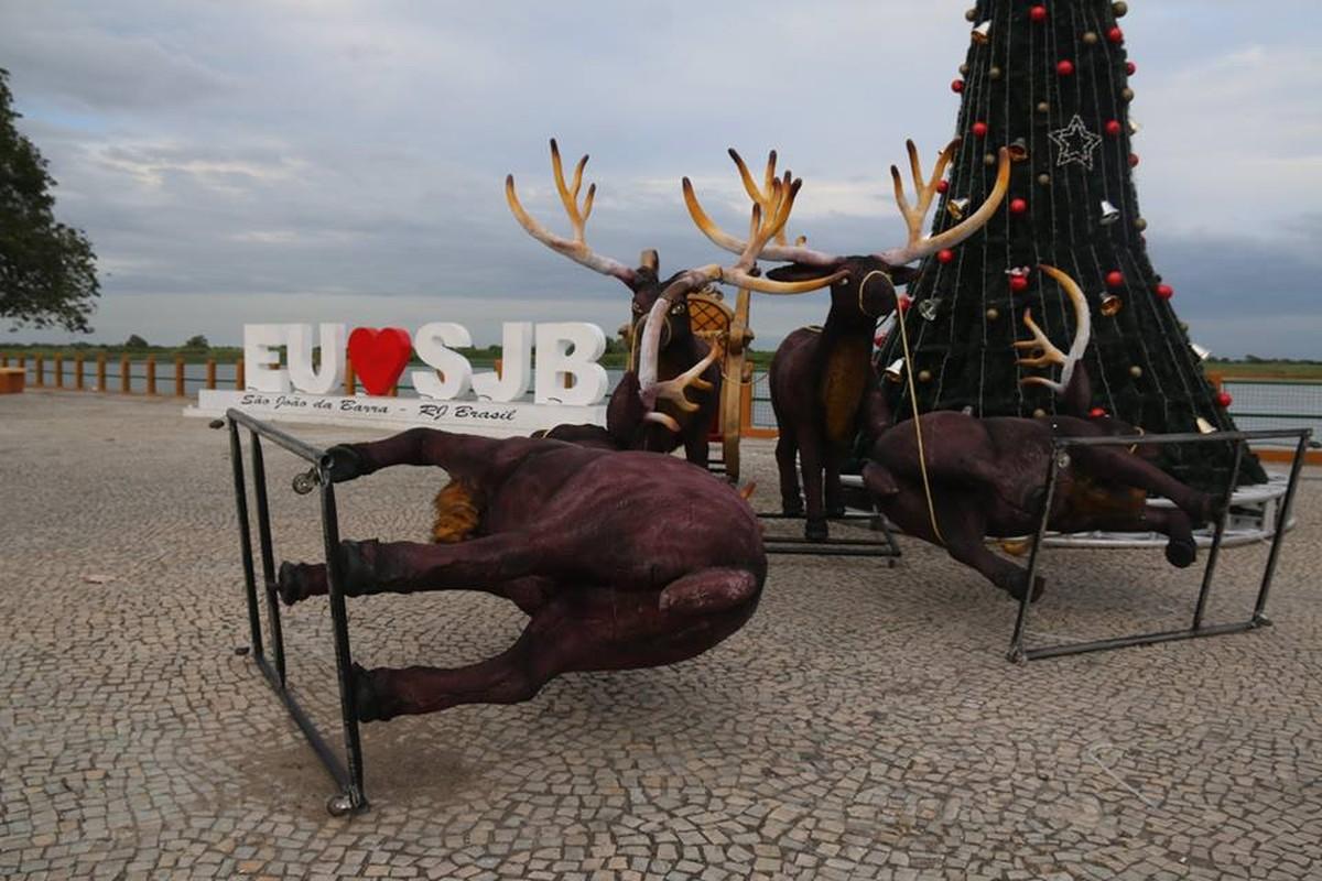 Decoração natalina é alvo de vandalismo em São João da Barra, no RJ