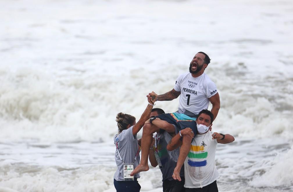 Ítalo Ferreira comemora após ganhar medalha de ouro no surfe nesta terça (27) nas Olimpíadas de Tóquio — Foto: Lisi Niesner/Reuters