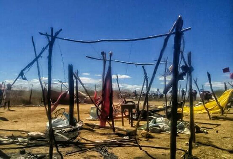 Barracas foram destruídas com as chamas durante o ataque (Foto: Arquivo pessoal)