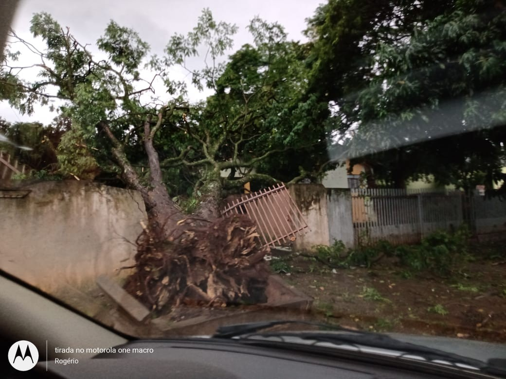 Cinco pessoas ficam feridas durante temporal em Ubiratã, diz Defesa Civil