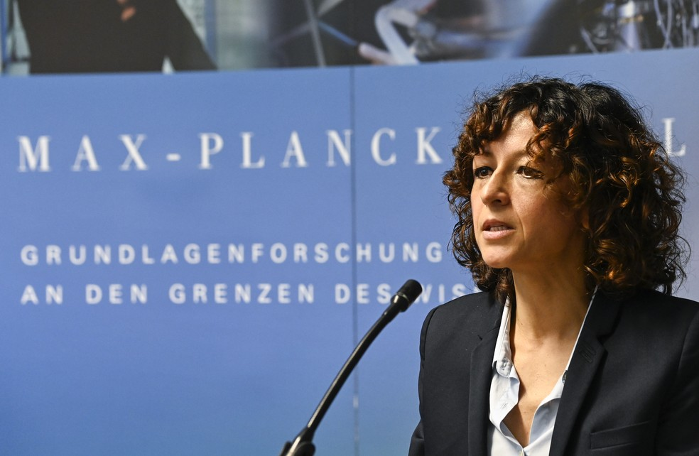 Emmanuelle Charpentier, uma das vencedoras do Nobel de Química de 2020, em coletiva de imprensa nesta quarta (7) em Berlim. — Foto: Tobias Schwarz/AFP
