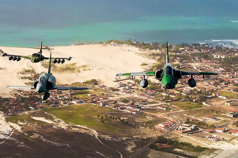 Cinegrafistas e fotógrafos profissionais embarcaram no avião cargueiro C-105 Amazonas, da Força Aérea Brasileira, e fizeram imagens de caças em exercícios de guerra sobre a capital potiguar — Foto: Canindé Soares
