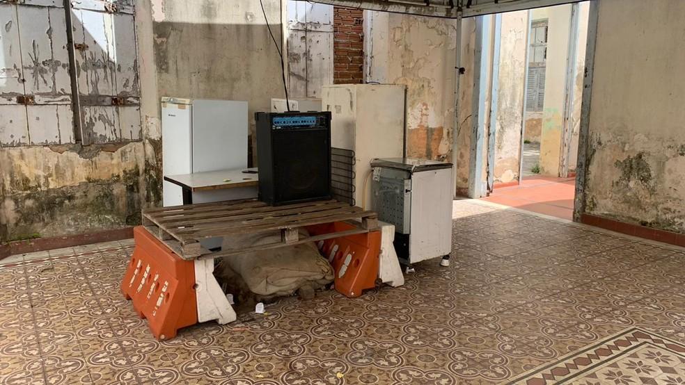 Famílias que ocupam prédio histórico da UFRN preparavam mudança, que foi adiada — Foto: Anna Alyne Cunha/Inter TV Cabugi