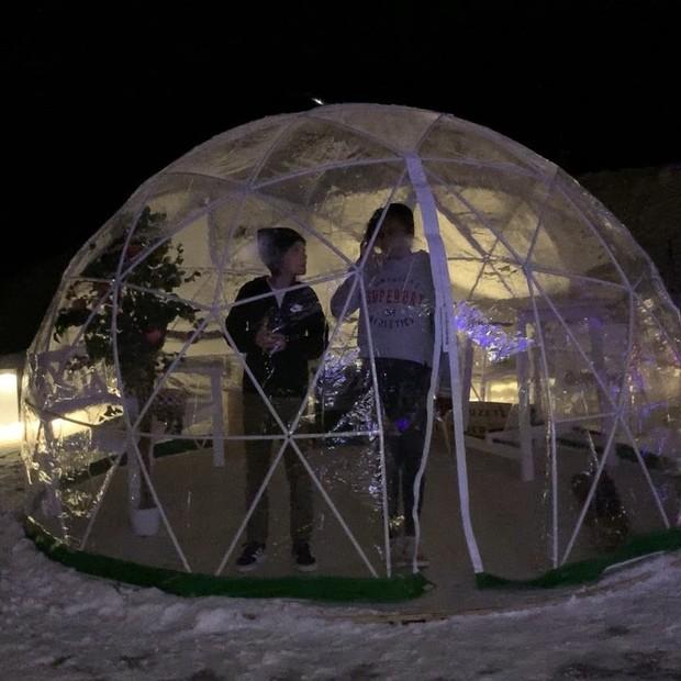 Maria, a filha de Gloria Maria, brinca em réplica de iglu com amigo (Foto: Reprodução Instagram)