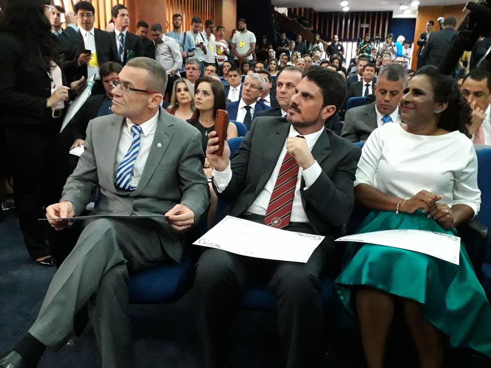 Senadores Fabiano Contarato (DEM) e Marcos do Val (PPS) ao lado da vice-governadora Jaquecline Moraes — Foto: André Rodrigues / G1ES